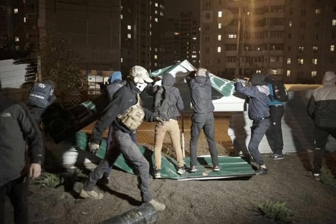 УКиєві активісти розтрощили АЗС і побилися із поліцією