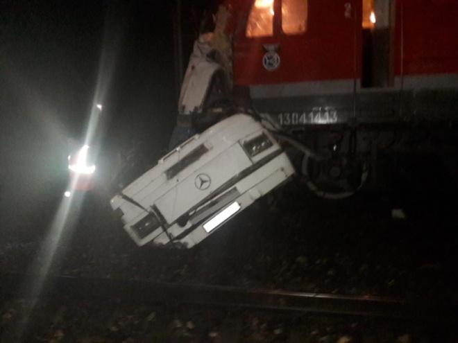 В Росії потяг врізався в автобус, 19 загиблих - фото
