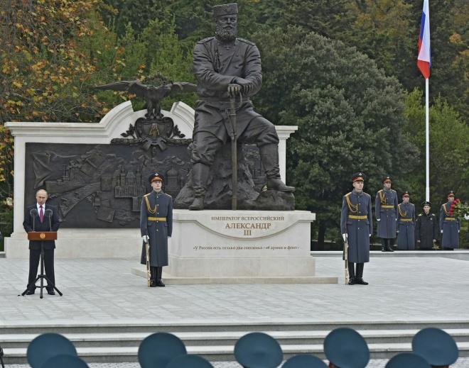 Путін в анексованому Криму відкрив пам′ятник Олександру III - фото