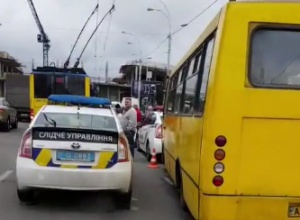 У Києві маршрутка на смерть збила двох людей біля зупинки - фото