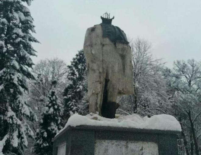 На Львівщині відбили голову від пам′ятника Шевченкові - фото