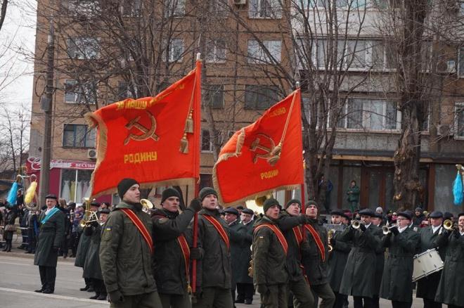 У Кривому розі нацгвардійці пройшлись парадом з прапорами, які пропагують тоталітарний режим - фото