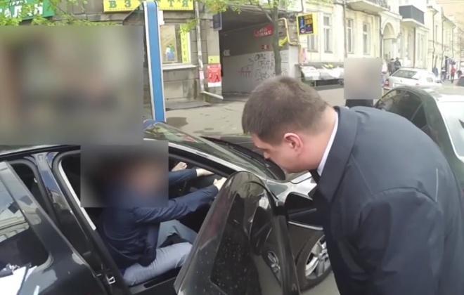 Оприлюднено відео затримання посадовця СБУ на хабарі - фото