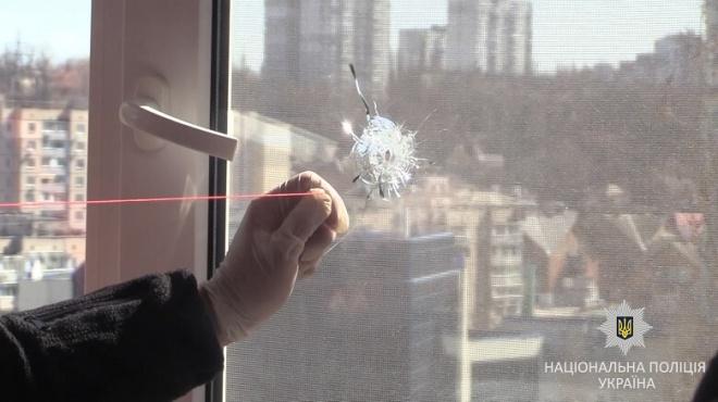 У Києві поліція затримала чоловіка, який з пістолета стріляв по вікнах квартир - фото