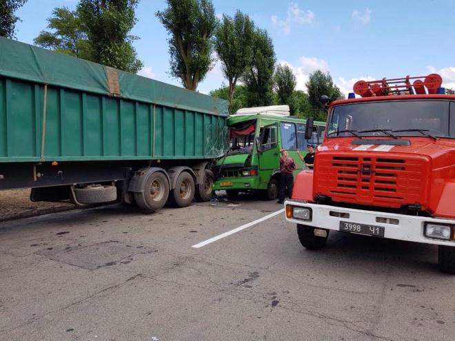 На Дніпропетровщині автобус врізався у вантажівку: 22 постраждалих - фото