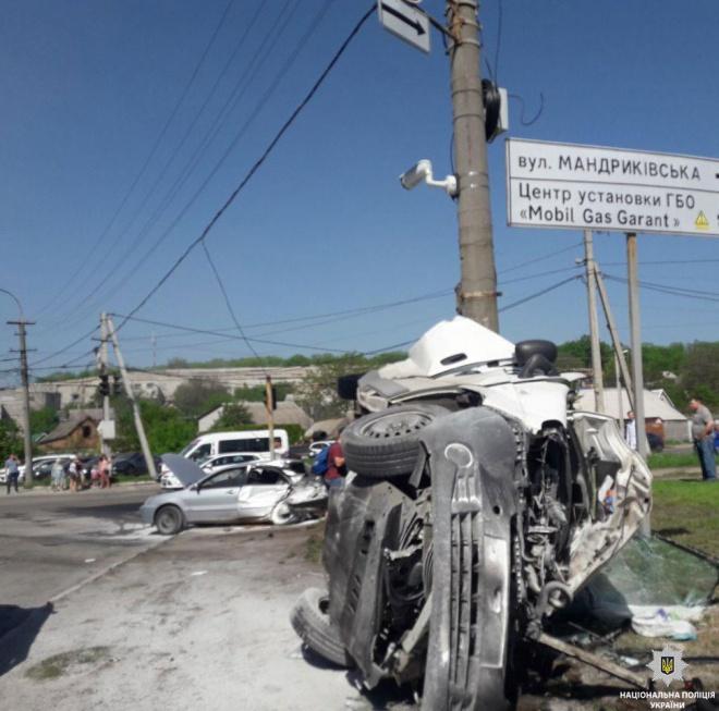 У Дніпрі вантажівка протаранила понад 10 автівок, є жертва - фото