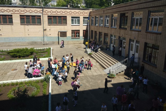 У миколаївській школі розпилили невідому речовину: до лікарні доставлено 36 учнів - фото