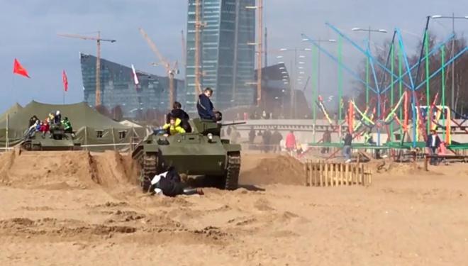 У Пітері танк наїхав на людей під час військово-історичного фестивалю - фото