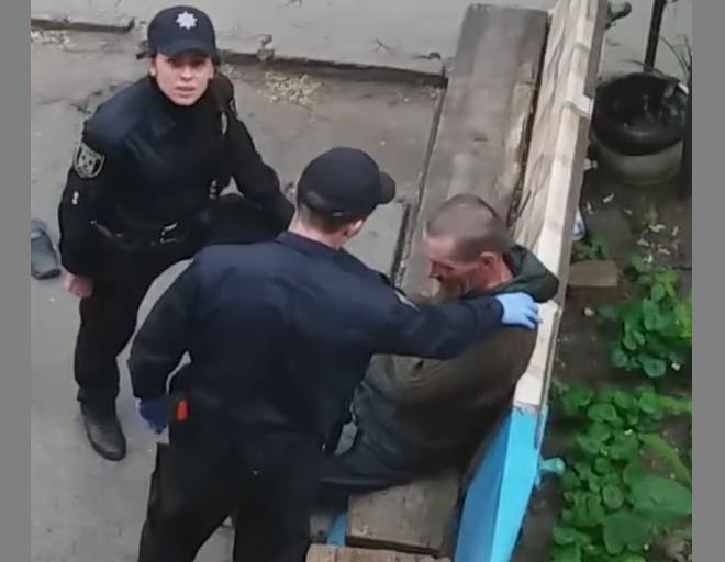 У Сумах патрульна поліція знущалася з беззахисного – відео - фото
