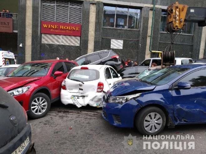 З'явилося відео, як автокран врізався в купу автівок у Києві - фото