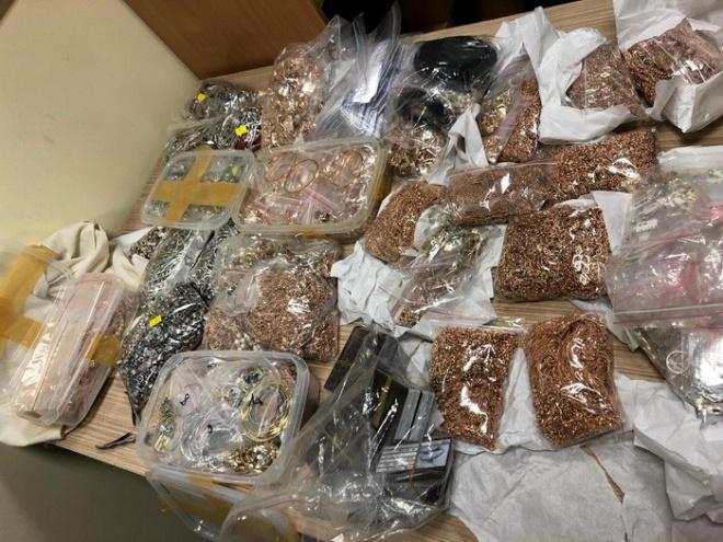 СБУ: митники Львівського аеропорту пропустили контрабанду з 17 кг ювелірних виробів - фото