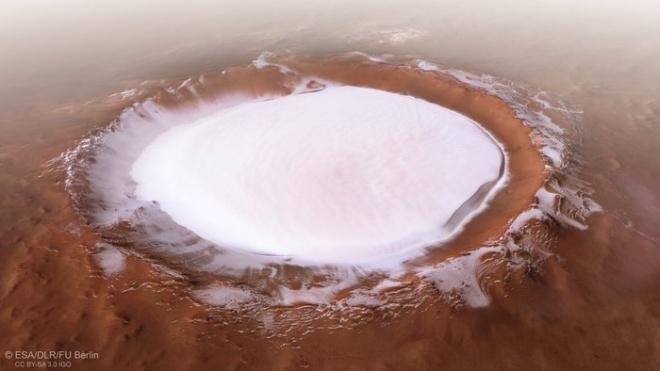 Чому кратер на Марсі постійно заповнений замерзлою водою? - фото