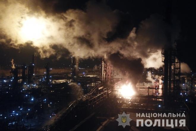 На заводі «Карпатнафтохім» сталася пожежа: полум'я сягнуло висоти 15 метрів - фото
