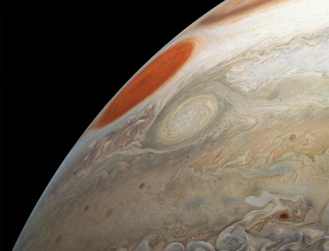 НАСА показало величезний шторм на Юпітері поряд з Великою червоною плямою - фото
