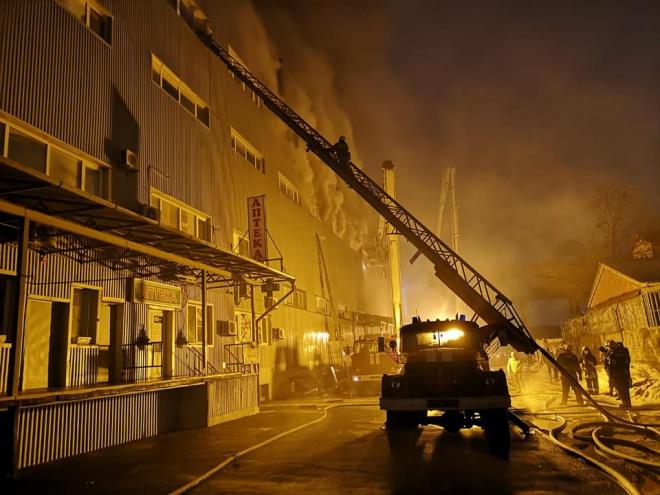 Пожежа на складах у Києві сильно розрослася - фото