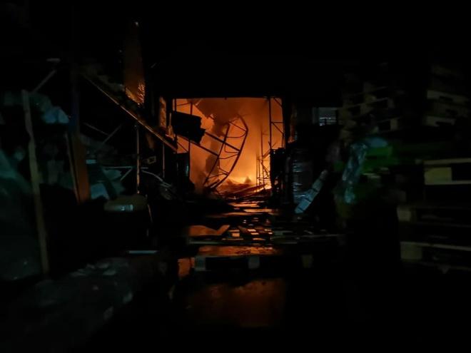 Продовжують гасити масштабну пожежу неподалік метро «Лісова» - фото