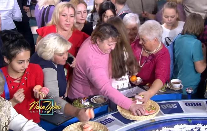 Росіяни влаштували давку за їжею на «Полі чудес» - фото