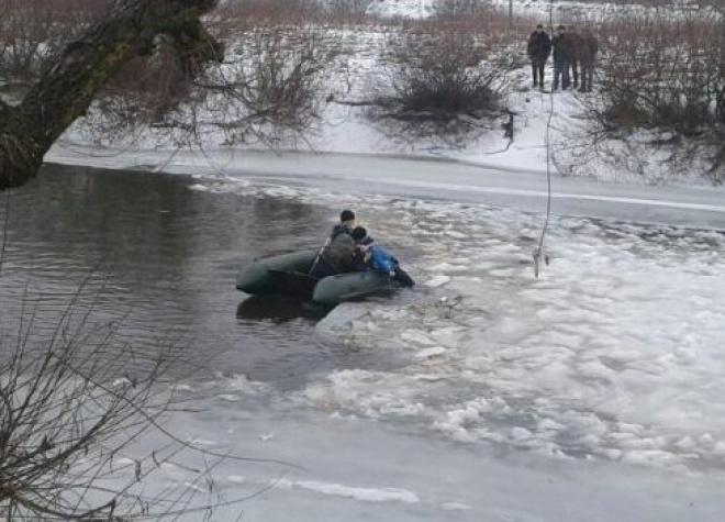 Рятувальники дістали з крижини тіло дитини, яка перебував там довгий час - фото