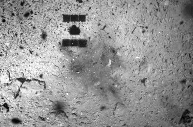 Японський зонд сфотографував дивну пляму на астероїді - фото