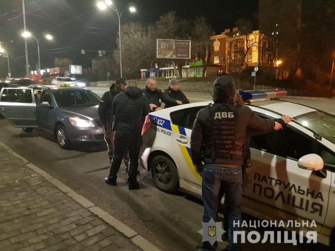 На хабарі затримано патрульних у Києві - фото