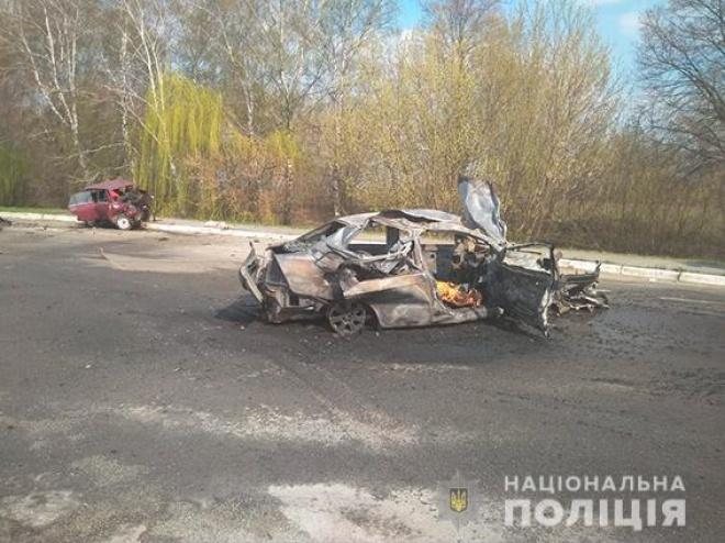 На Сумщині внаслідок ДТП загорілася автівка, четверо загиблих - фото