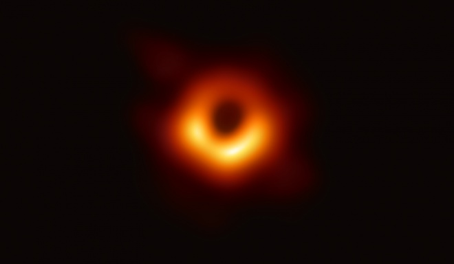 Опубліковано перше фото чорної діри - фото