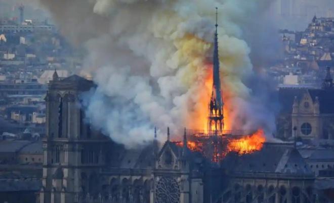 Собор Паризької Богоматері постраждав від пожежі - фото