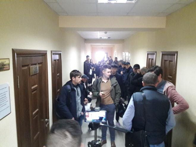 Суд виправдав активіста, якого схопила поліція за листівки проти Зеленського - фото