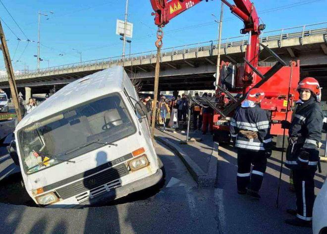 В Києві мікроавтобус провалився під асфальт під час руху - фото
