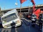 В Києві мікроавтобус провалився під асфальт під час руху