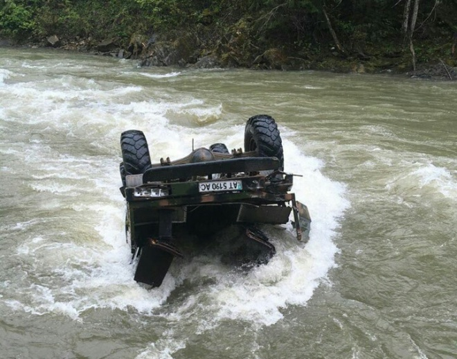 На Прикарпатті авто з туристами вилетіло в річку - фото