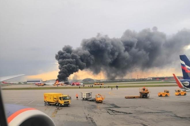 В московському аеропорту загорівся літак, багато загиблих - фото
