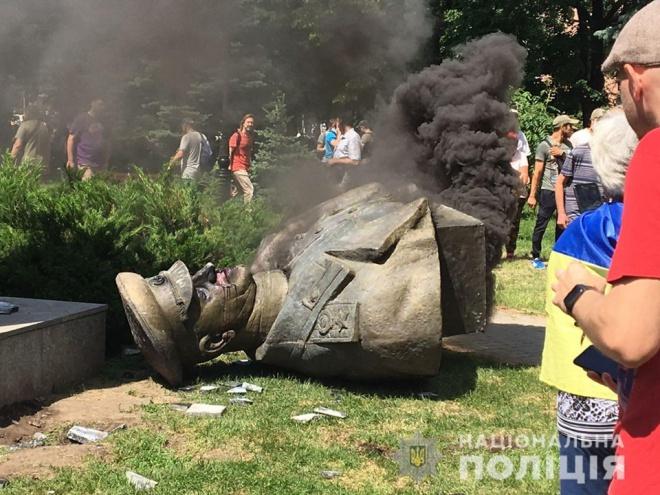 В Харкові знесли пам'ятник Жукову, з-за сутичок поліція відкрила справи - фото