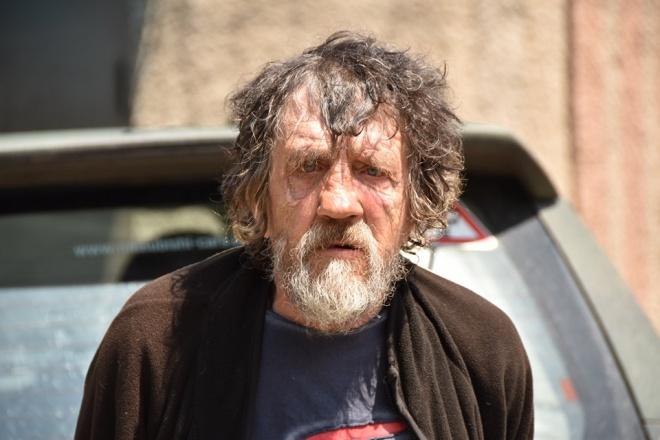 Окупанти змусили стару людину йти мінним полем - фото