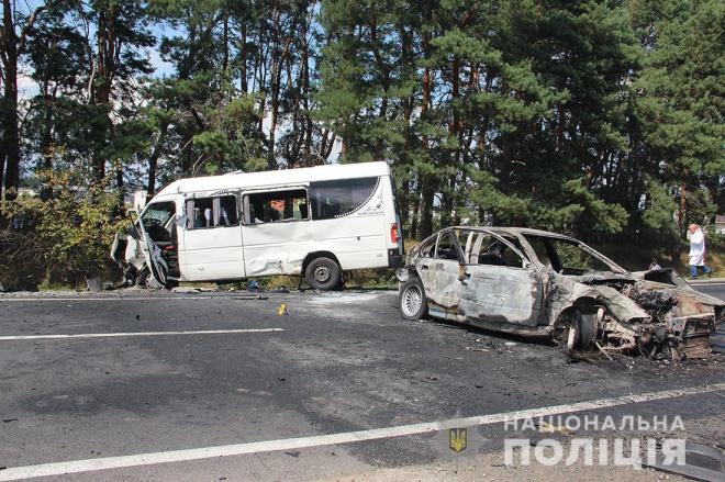 ДТП із загорянням за участю маршрутки сталася під Житомиром (відео) - фото