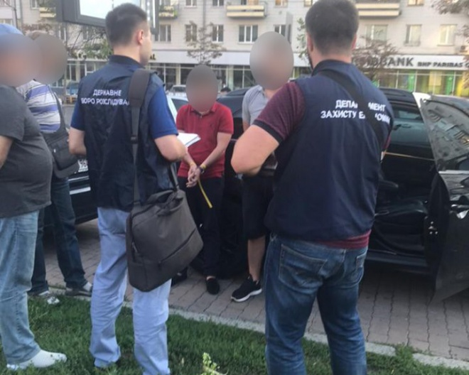 В Києві затримано двох прокурорів за вимагання $ 5 тис - фото