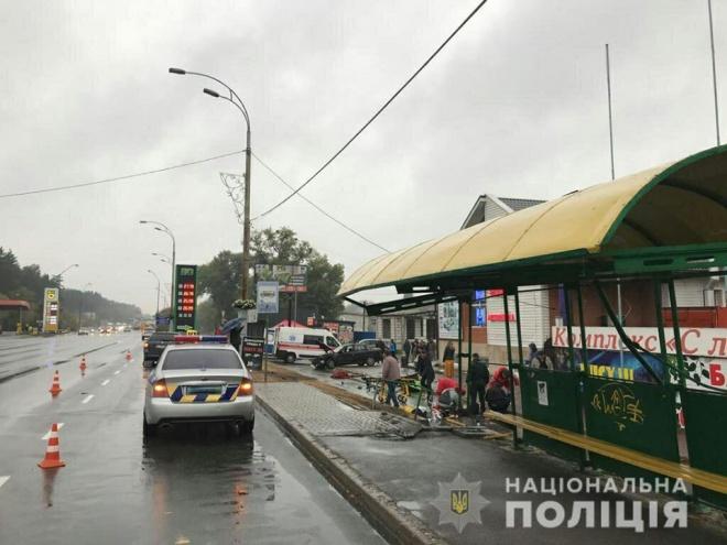 Смертельна ДТП під Києвом: поліцейський на автівці влетів у зупинку - фото