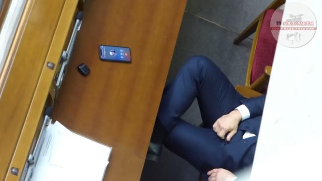 Ілля Ківа «рукоблудив» у сесійній залі ВР - фото
