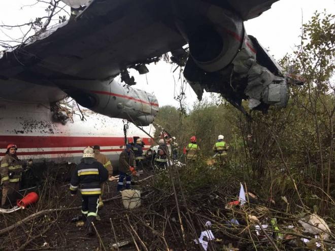 Під Львовом розбився літак, є загиблі - фото