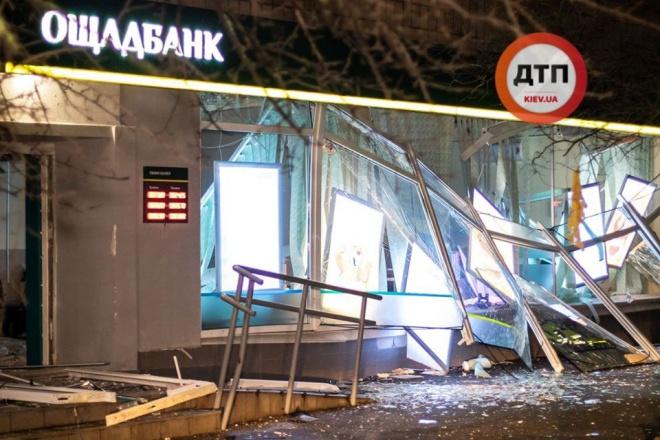 В Києві підірвали і пограбували відділення банку: гроші всипали вулицю - фото