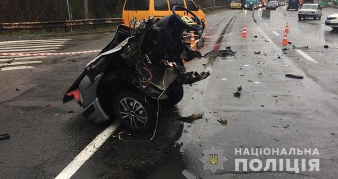 В столичній ДТП автівку розірвало на дві частини - фото