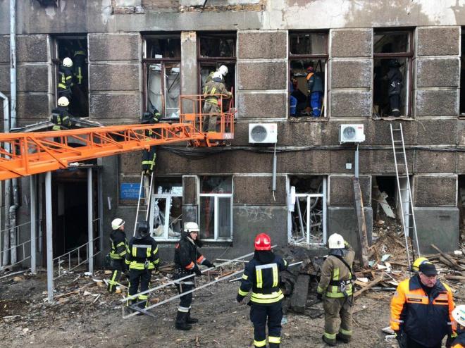 Внаслідок пожежі в одеському коледжі вже 2 загиблих, доля 13 - невідома - фото