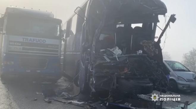На Одещині сталася масштабна ДТП за участю вантажівок, легковиків та автобусу, є загиблий - фото