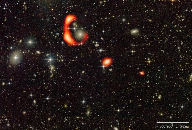 Таємниче гігантське кільце з водню навколо далекої галактики - фото