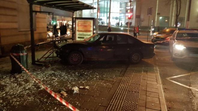 У Львові автівка в'їхала в зупинку громадського транспорту з людьми - фото