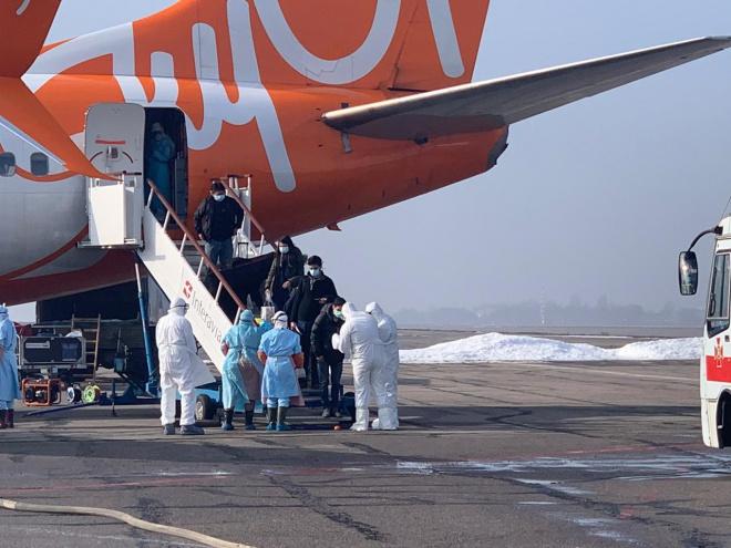 Евакуйовані з Китаю прибули в аеропорт Харкова - фото