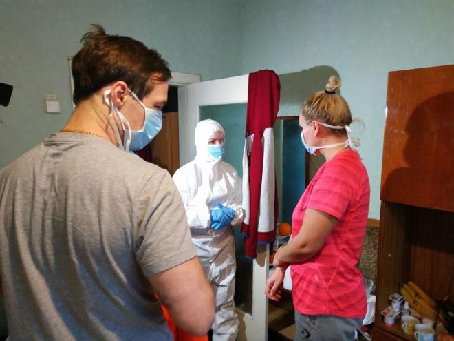 Міністр Скалецька у захисному костюмі зустрілася з евакуйованими в Нових Санжарах - фото