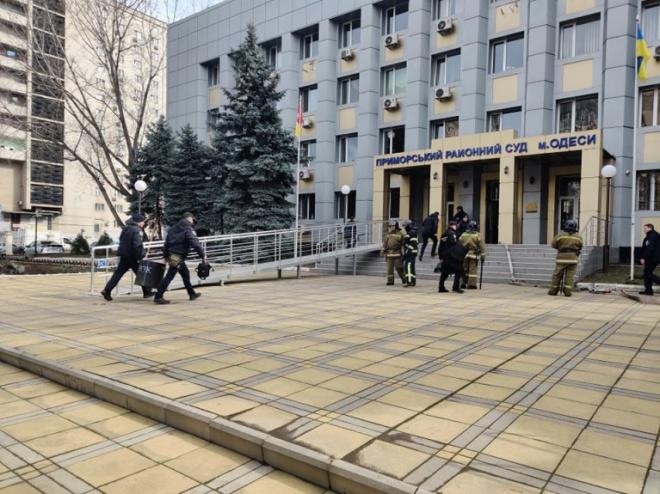 В Одесі чоловік захопив заручників в суді з гранатою - фото