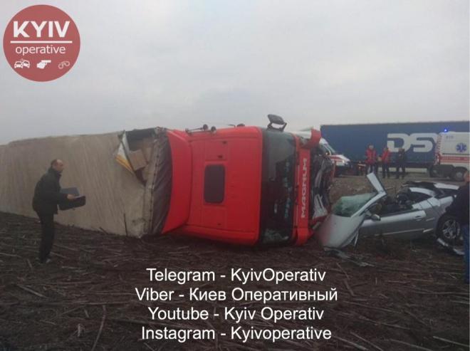 Під Борисполем сталася жахлива аварія за участі вантажівки та легковика - фото