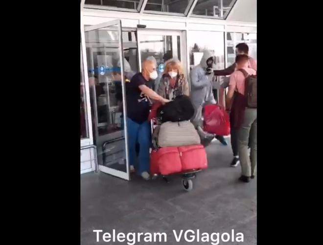 Прибулі з В'єтнаму українці вирвалися з аеропорту - фото